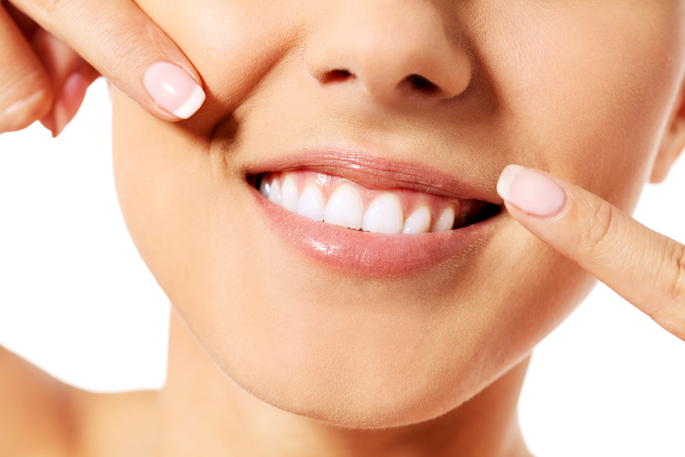 a great way to whiten teeth and remove plaque with and get a ollywood smile with baking soda or vinegar