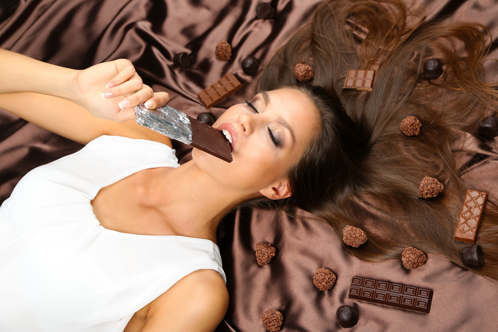 dark chocolate helps reduce stress thanks to flavonoids found in cacao
