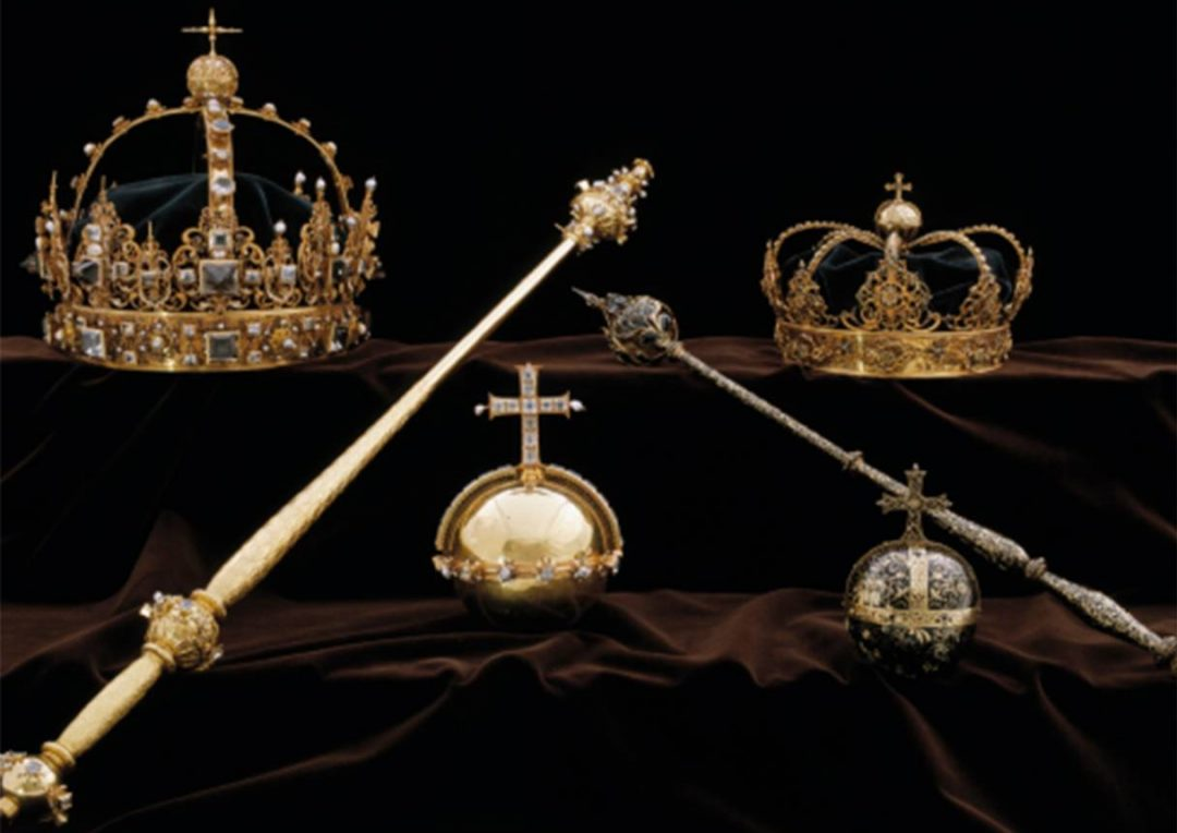 Police in Sweden are looking for two thieves who stole crown jewels and escaped by motorboat